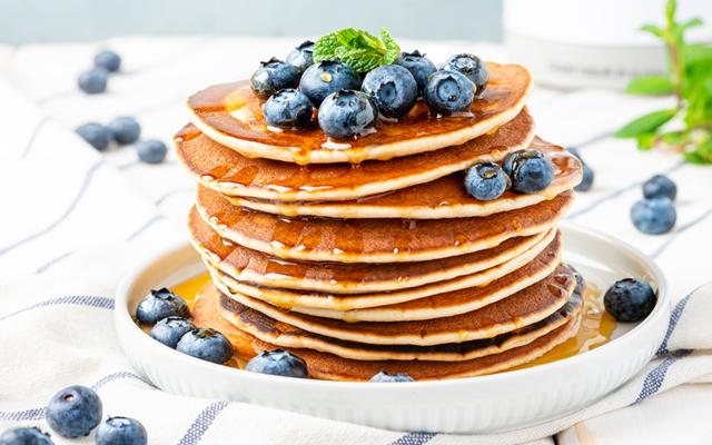 Pancakes z serkiem homogenizowanym i borówkami